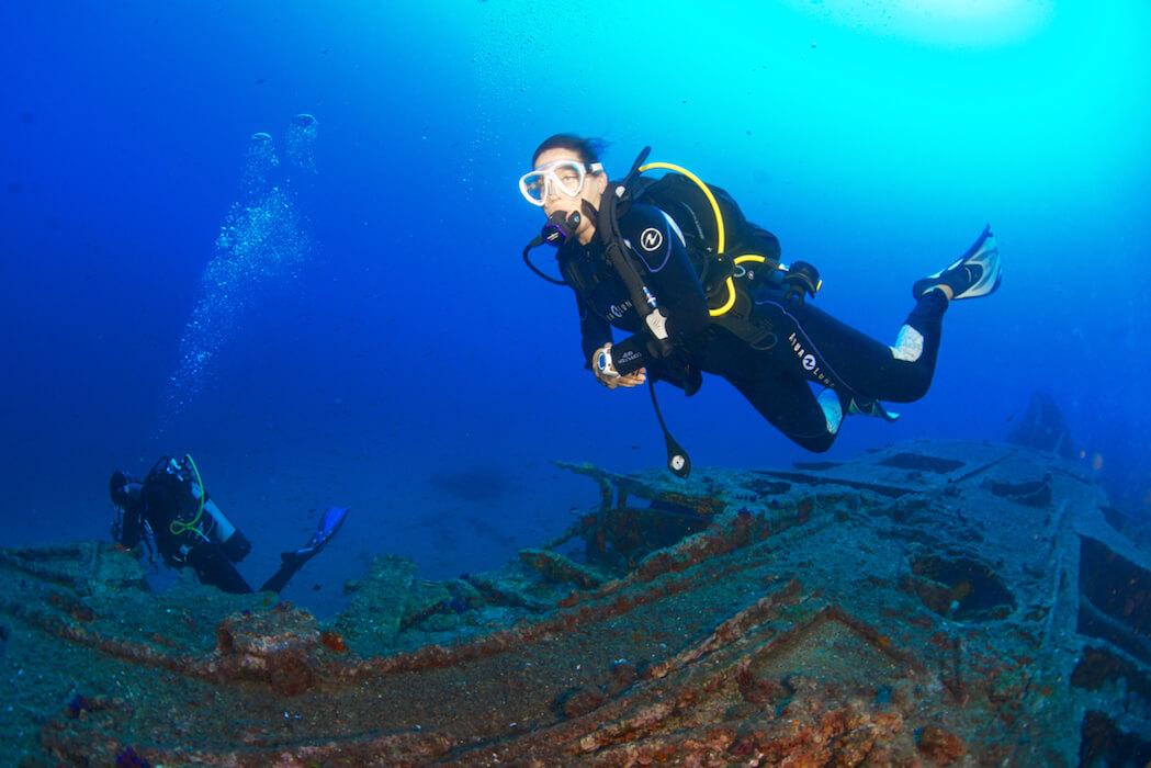Un groupe de plongeur visite une épave ancienne à Hyères