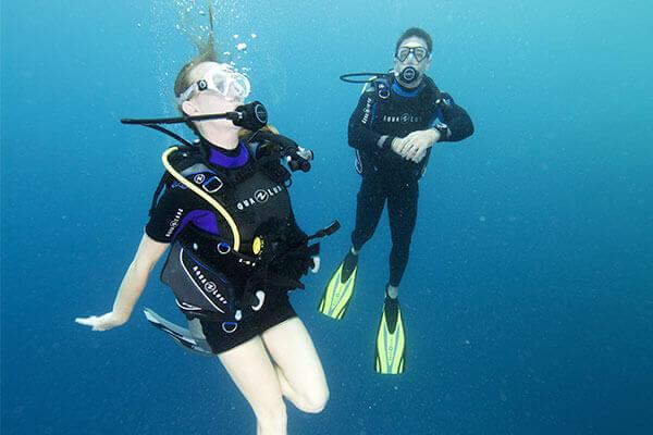 Notre moniteur suit de près cette femme qui découvre la pongée sous-marine