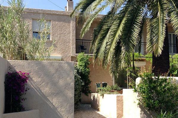 vue du jardin de la villa Mio Plamo à Cavalaire