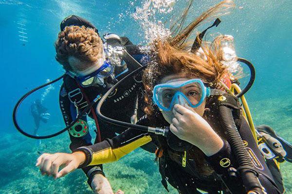 Un plongeur VIP découvre les fonds marins de Saint Tropez