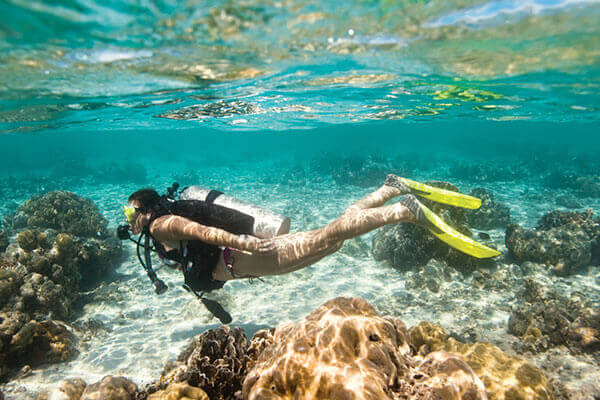Une femme apprécie sont baptême de plongée avec Mio Palmo Plongée
