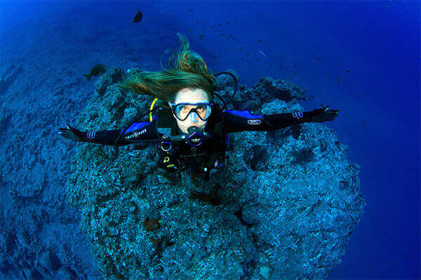 Notre moniteur prend la pose pour le plongeur photographe