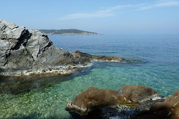 Une vue de la mer méditérranée et des îles d'or à Hyères