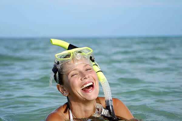 Une femme profite de la sortir plongée dans les eaux turquoise de Porquerolles