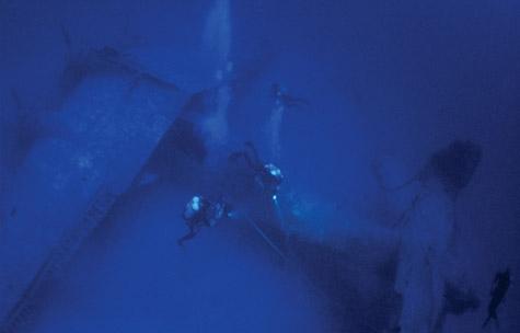 Plongée sur une épage d'avion a 100 mètre de fond
