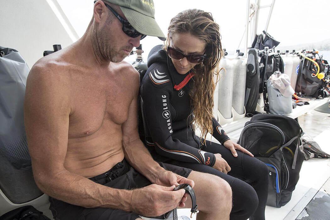 Préparation de la formation advanced open water diver sur le bateau avant la plongée