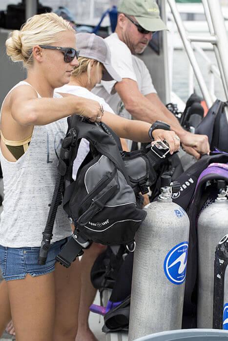 Préparation du matériel avant un départ en plongée