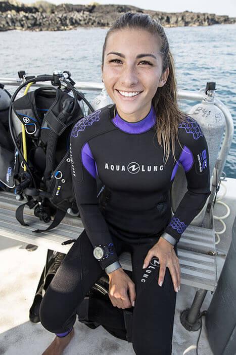 Une jeune femme apprend la plongée sur l'île de porquerolles