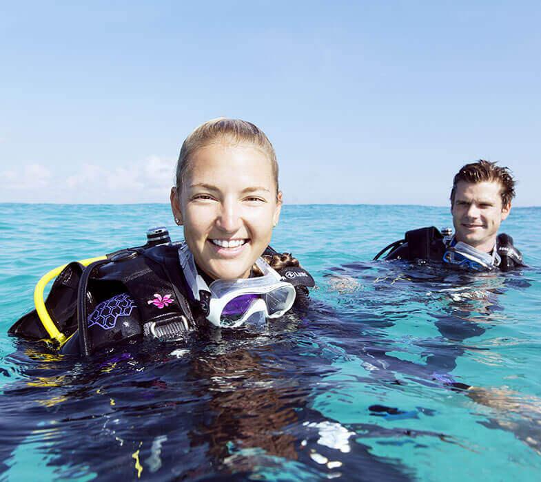 Une femme et son moniteur pendant la formation Open Water Diver de Mio Palmo Plongée