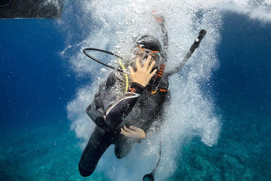 Une femme pendant sa formation Open Water Diver avec nos équipes du port de Hyères