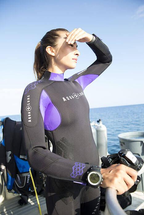 Une plongeuse attentive à l'enironnement de sa plongée dans le Var